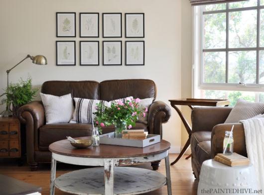 Composição de sala pequena com sofá marrom, bem como cor clara na parede