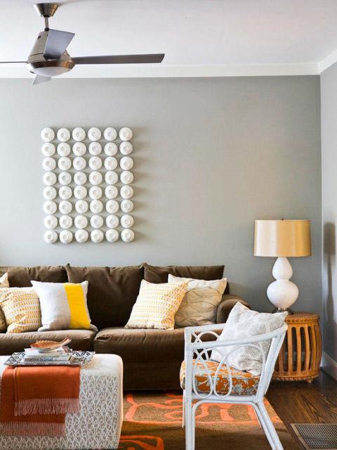 Sofá marrom com parede cinza
