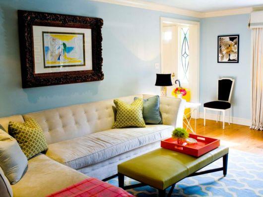 Sala pequena bem iluminada com cor clara nas paredes