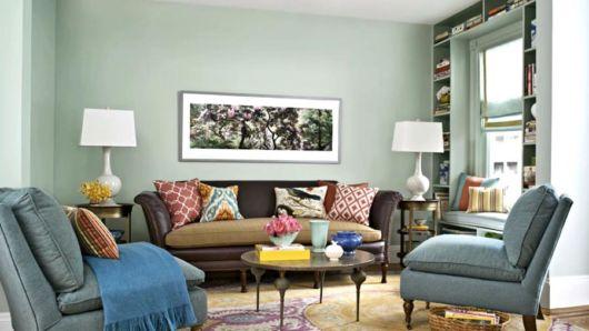 Azul claro com sofá marrom pode combinar com sua sala
