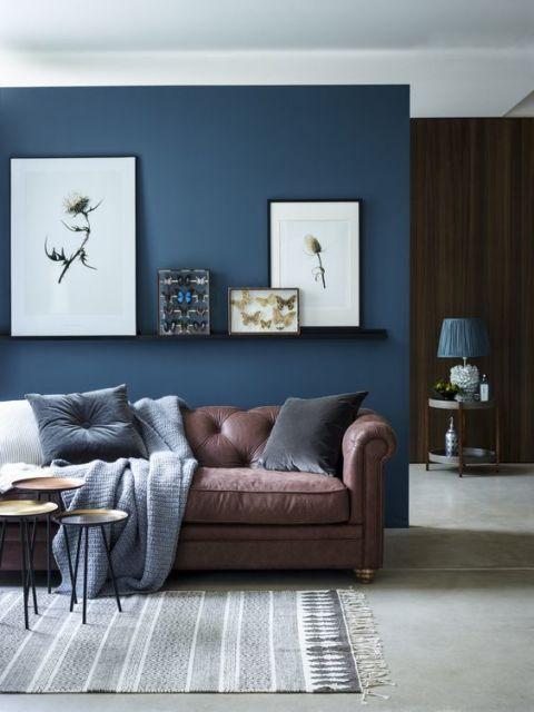 Azul marinho e marrom combinam muito. Que tal então apostar em sua sala?