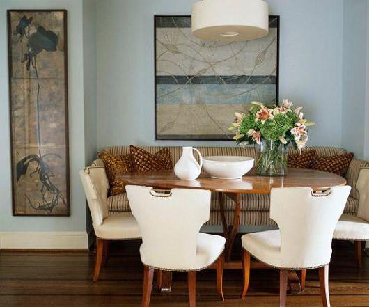 Sala de jantar azul e móveis em madeira