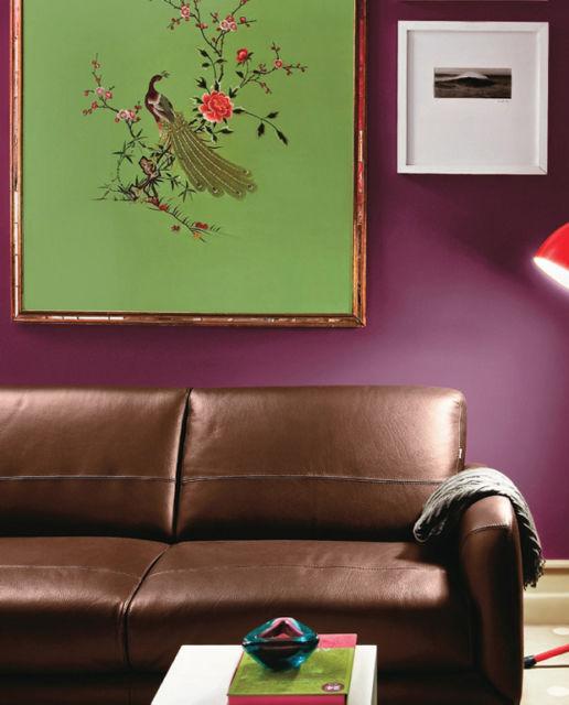 Quer inovar? Então veja uma ideia de sala cheia de personalidade com parede púrpura
