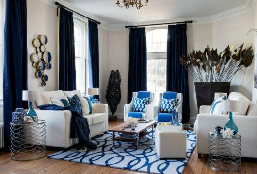 Sala com elementos azuis