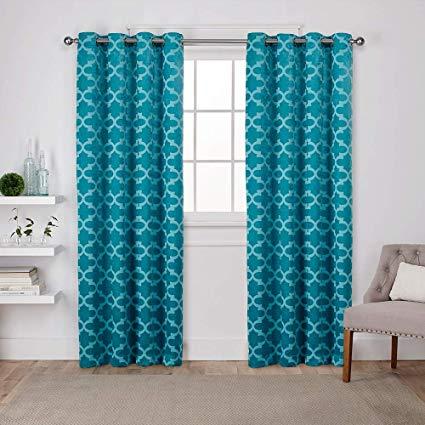 Atualmente há cortinas lisas e estampadas cor tiffany