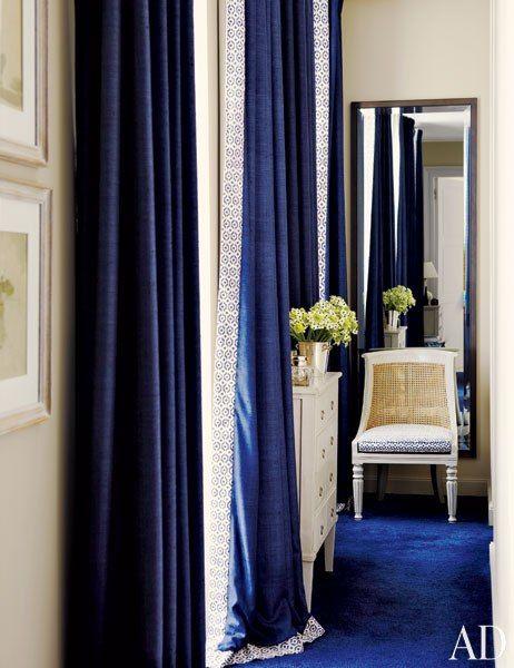 As cortinas pesadonas dão um charme especial em salas clássicas