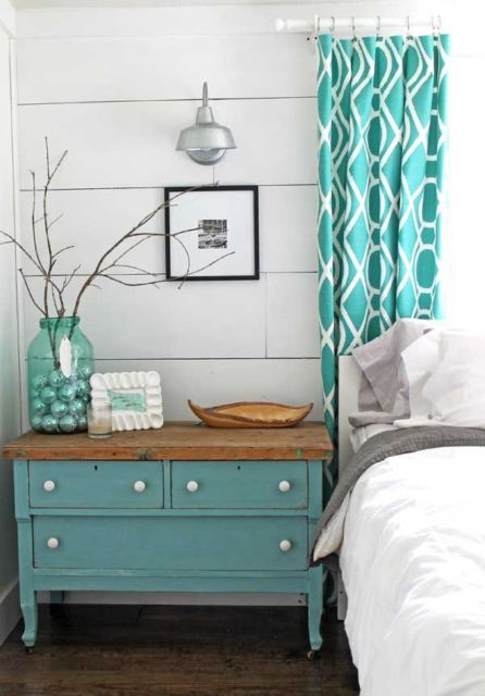 Quarto lindo com cortina tiffany estampada