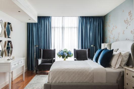 A cortina azul ajuda a isolar a luz solar