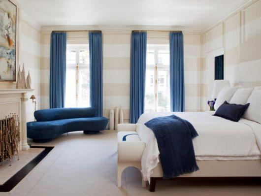 Use cortinas azuis para complementar a paleta escolhida no quarto