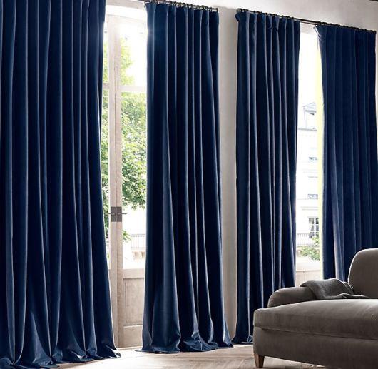 Sala contemporânea com cortinas azuis marinho