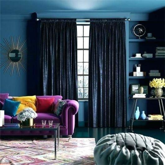 Sala bem criativa com cortina azul marinho