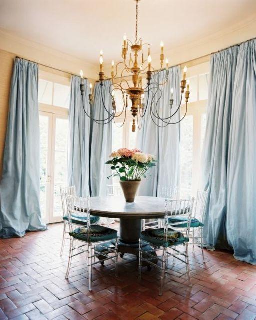 Sala clássica com cortinas azuis