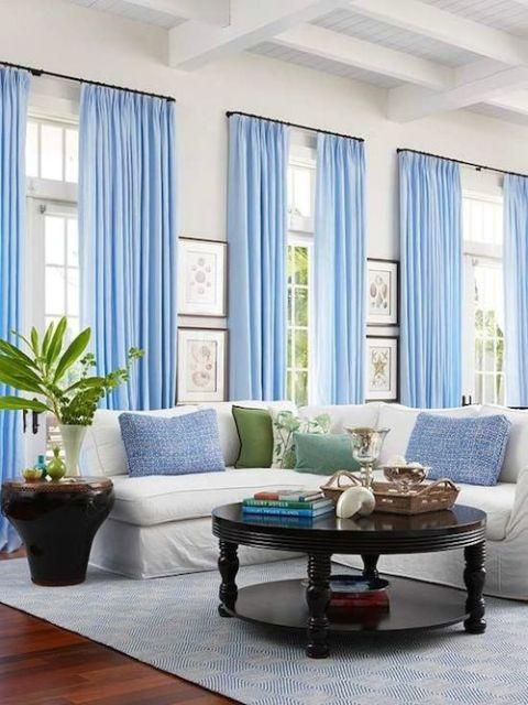 cortinas azuis em todas as janelas da sala