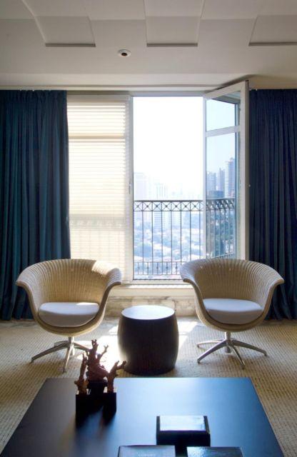 Sala moderna com cortina azul marinho