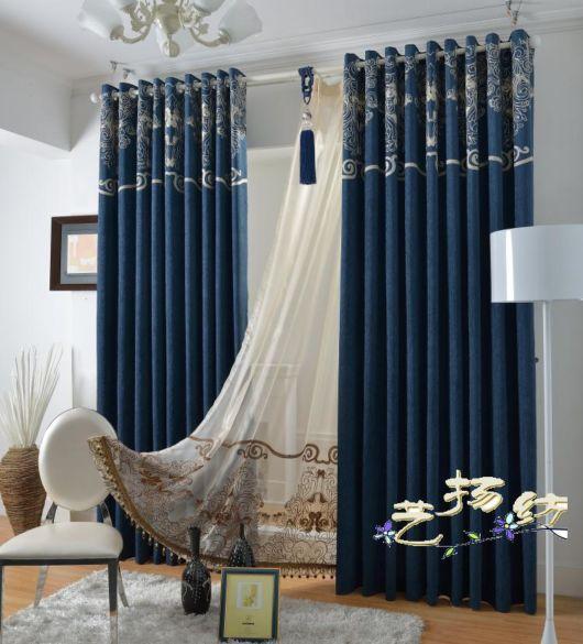 As cortinas azuis marinho combinam com dourado