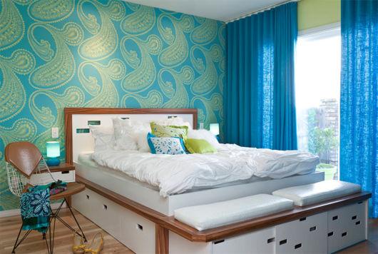 Quarto de casal com parede estampada e cortina em tom azul