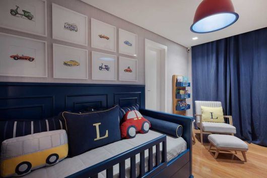 Até mesmo os quartos de bebê ficam mais lindos com cortinas azuis
