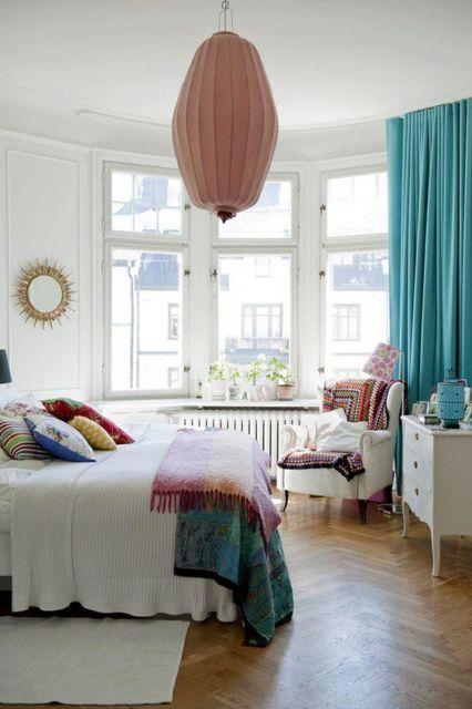 A cortina azul tiffany pode dar um toque de cor ao quarto