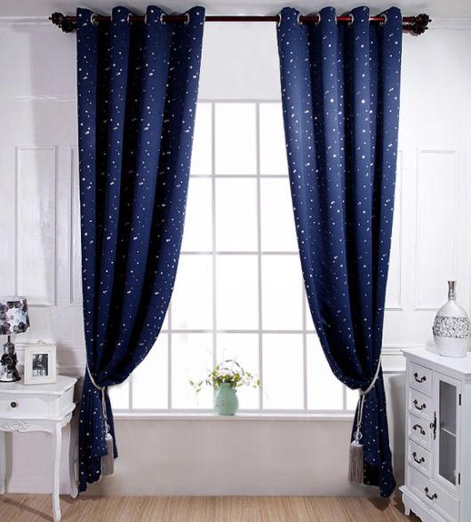 As cortinas azuis combinam bem com salas clean