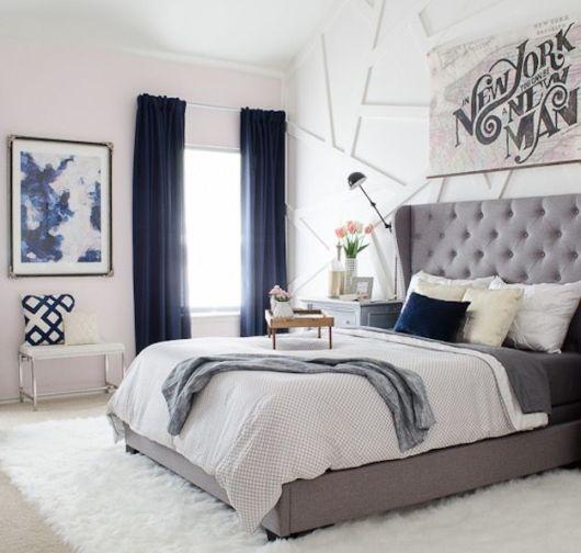 A cortina azul combina com demais elementos do quarto