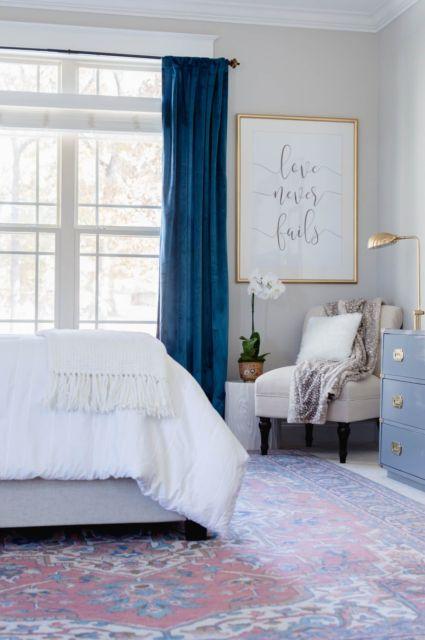 Modelo de quarto com cortina na cor azul royal
