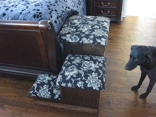 Escada para cachorro ao lado de cama.