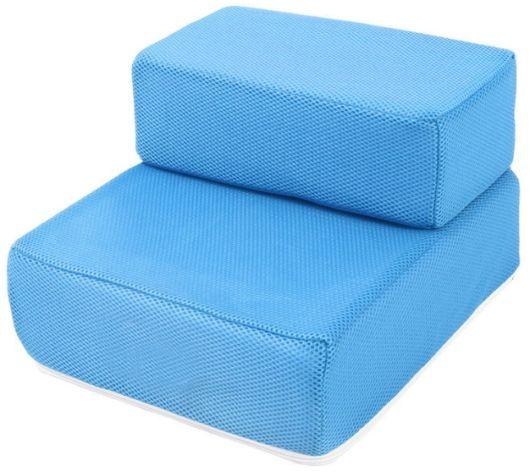 Almofadas azuis formando escada.