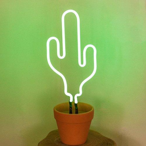 Você pode por a luminária de cacto em luz neon em um vasinho, que tal?