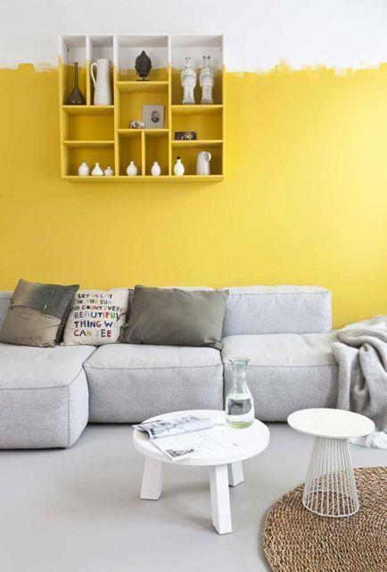 Decoração super moderna com amarelo ovo na parede