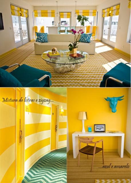 Sala em amarelo ovo com sofá azul