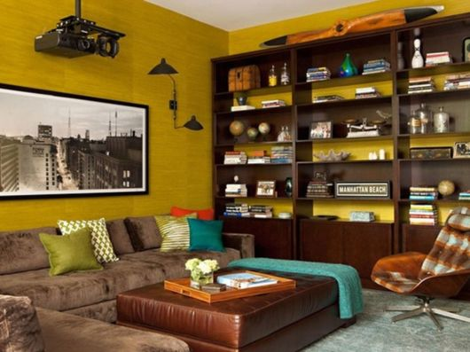 Decore sua sala de estar com amarelo e marrom