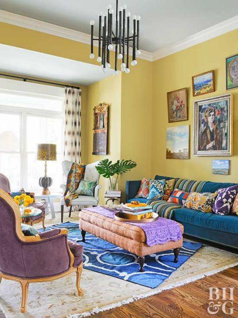 Sala amarela e azul com móveis antigos