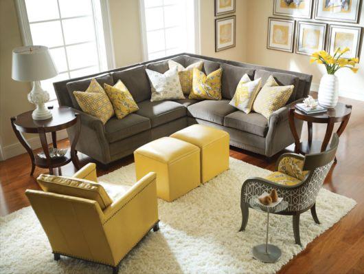 Sala elegante com móveis amarelos e cinzas