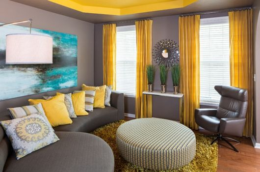 sala cinza e amarela