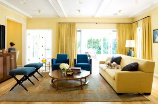 Combine móveis amarelos com azuis