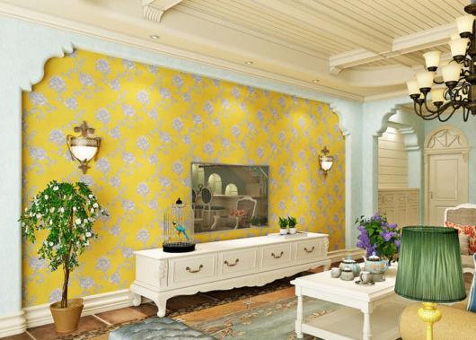 O papel de parede amarelo já muda sua sala completamente