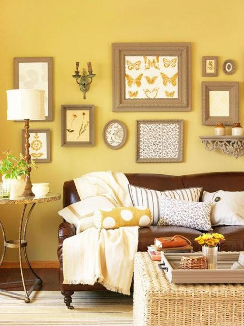 Sala decorada com parede amarela e elementos marrons