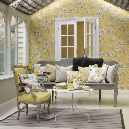 sala romântica amarela e cinza