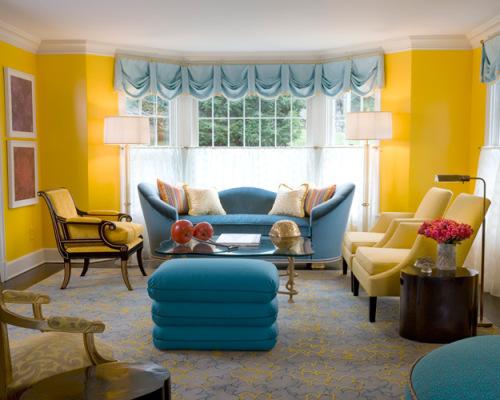 Sugestão de sala amarela com itens decorativos azuis