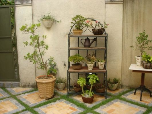 Veja como seu jardim pode ficar mais lindo com esse suporte para plantas de ferro