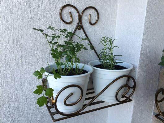 Pequeno suporte para deixar na parede e cultivar ervas