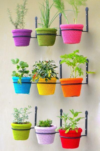 Os vasos coloridos valorizam o ambiente e deixam sua casa mais linda