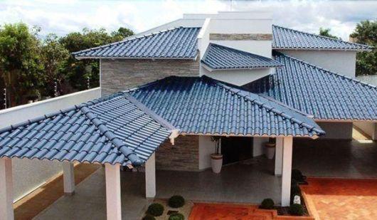 Veja como a casa fica elegante com telhas coloridas esmaltadas