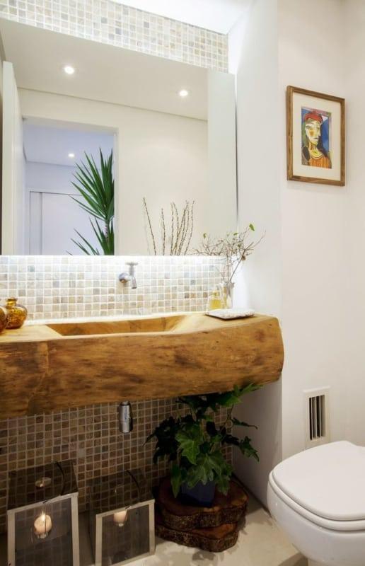 Lavabo pequeno com pia de madeira escavada rústica