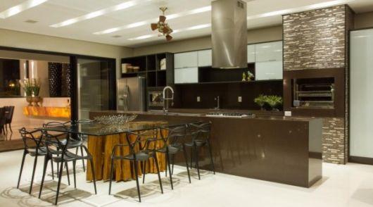 cozinha com espaço gourmet