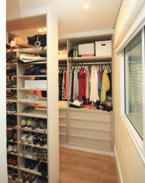 Um closet aberto bem organizado, para quem gosta de muitos sapatos também