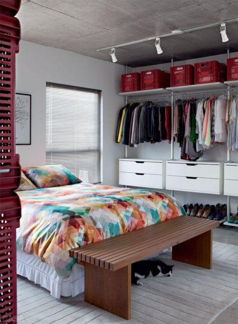 Você pode dispensar o guarda-roupas e investir em um closet aberto para otimizar o espaço