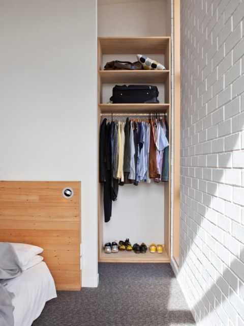O closet aberto instalado bem no canto do quarto de solteiro ou casal