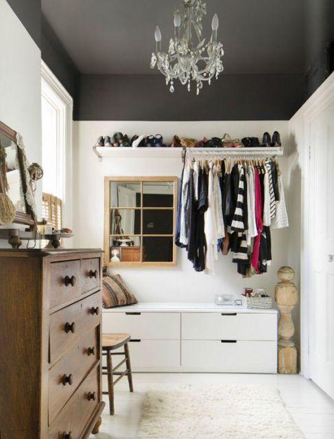 As roupas nos cabides, divisórias na parede e um espaço para deixar os sapatos