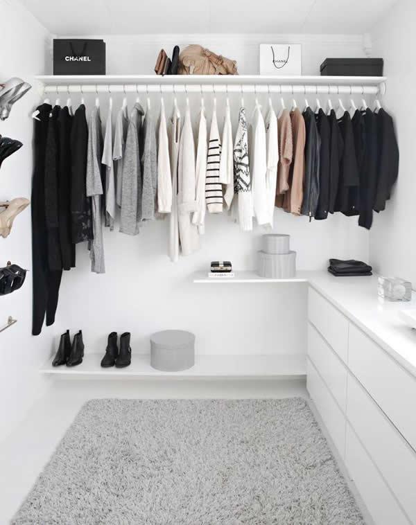 O espaço branco e minimalista deixa seu closet aberto muito bonito e conceitual